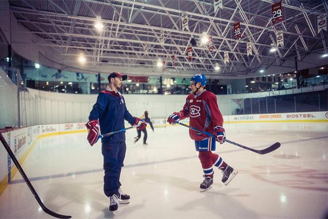 Валттери Боттас (справа) и Пол Байорон, нападающий Montreal Canadiens, на хоккейной тренировке в Монреале