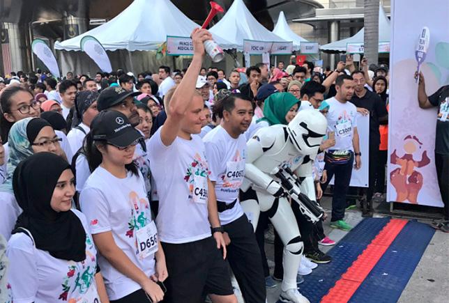 Валттери Боттас вместе с участниками благотворительного забега в Куала-Лумпуре