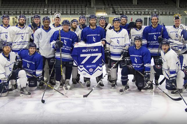 Валттери Боттас с игроками хоккейного клуба Milton-Keynes Lightnings
