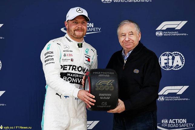 Президент FIA Жан Тодт поздравляет Валттери Боттаса с победой в квалификации
