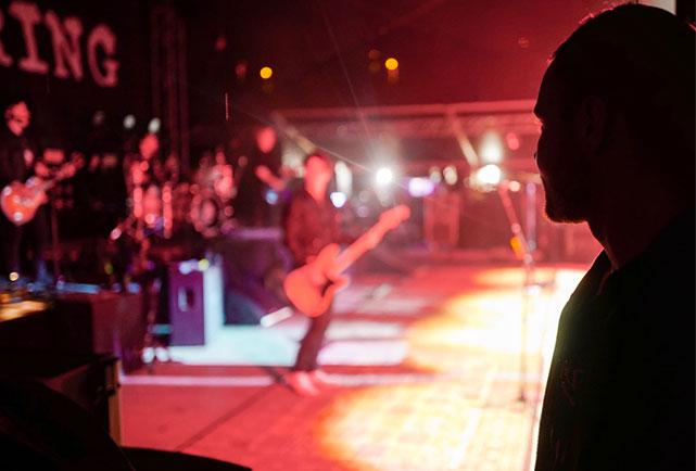 Валттери Боттас на концерте The Offspring в Брно
