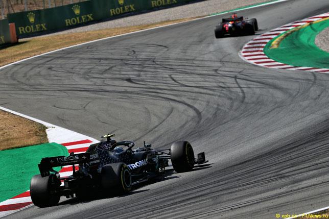 Валттери Боттас преследует Макса Ферстаппена на Гран При Испании
