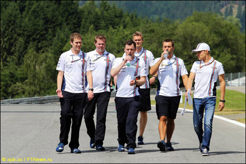 Валттери Боттас с командой на прогулке по Red Bull Ring