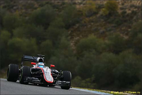 Фернандо Алонсо за рулём McLaren MP4-30 на тестах в Хересе