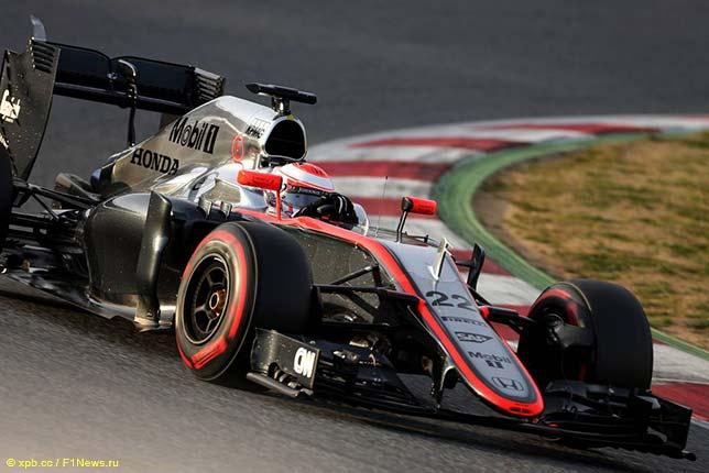 Дженсон Баттон за рулём McLaren MP4-30 на трассе в Барселоне