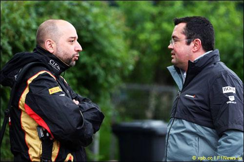 Гоночный директор McLaren Эрик Булье (справа) и руководитель и совладелец Lotus F1 Жерар Лопес