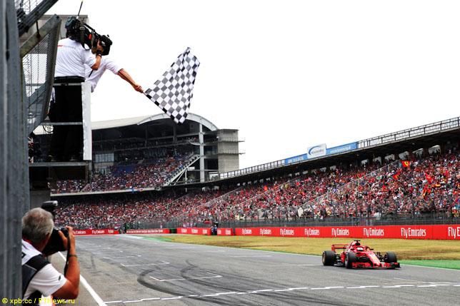 Себастьян Феттель на финише Гран При Великобритании
