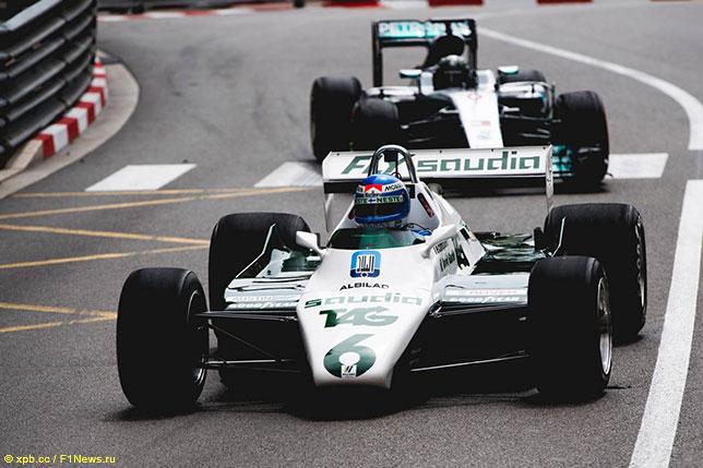Отец и сын Росберги за рулём своих чемпионских машин на трассе в Монако