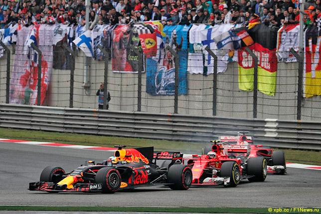 Кими Райкконен и Себастьян Феттель преследуют Даниэля Риккардо на Гран При Китая 2017 года