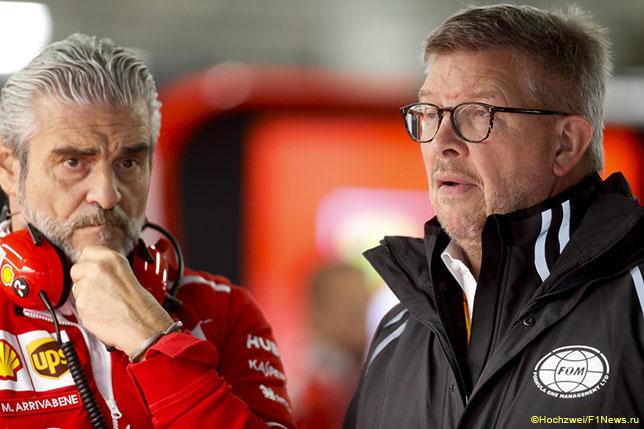 Росс Браун, спортивный директор Формулы 1 (слева), и Маурицио Арривабене, руководитель команды Ferrari