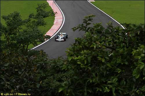 Гонщик Honda Рубенс Баррикелло на трассе Гран При Бразилии 2008 года