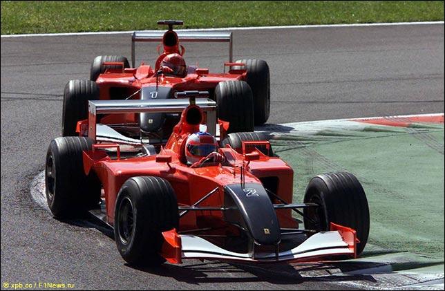 Машины Ferrari в траурной раскраске