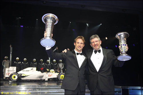 Дженсон Баттон и Росс Браун на церемонии награждения FIA (2009 год)