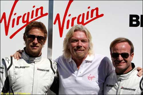 Глава Virgin Group Ричард Брэнсон с гонщиками Brawn GP
