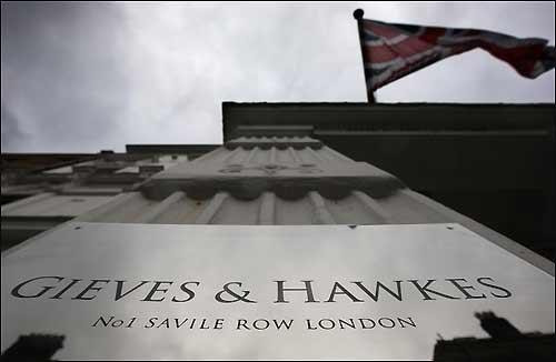 Фирма Gieves & Hawkes расположена на знаменитой улице Сэвил-Роу в доме №1