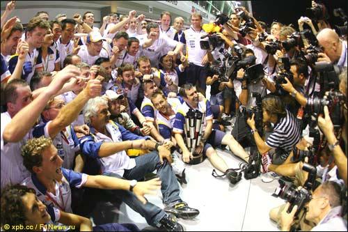 В Renault празднуют победу Алонсо