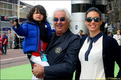 Флавио Бриаторе с женой Элизабеттой Грегорачи и сыном Фалько Натаном