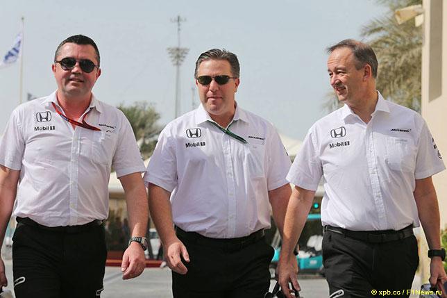 Зак Браун (в центре), спортивный директор McLaren Эрик Булье (слева) и операционный директор Джонатан Нил (справа)