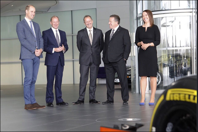 Принц Уильям с руководством McLaren на базе команды