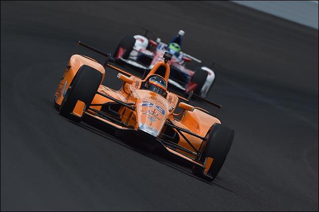 Фернандо Алонсо за рулем машины IndyCar в Индианаполисе