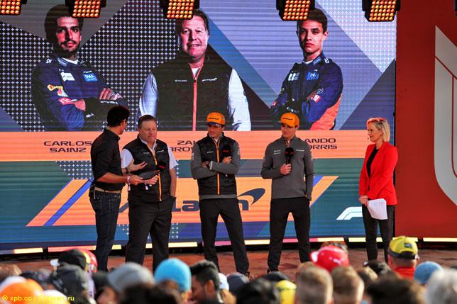 Зак Браун с гонщиками McLaren и Марком Уэббером