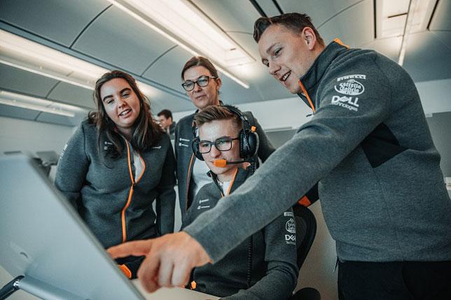 Сотрудники McLaren (фото пресс-службы McLaren)