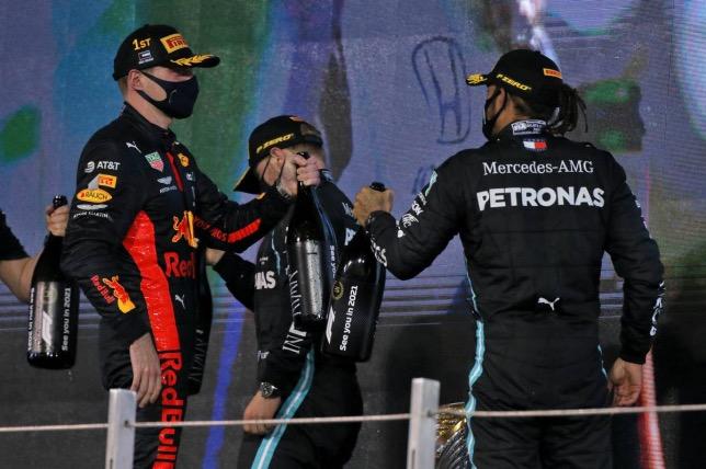 Макс Ферстаппен и Льюис Хэмилтон поздравляют друг друга после финиша Гран При Абу-Даби