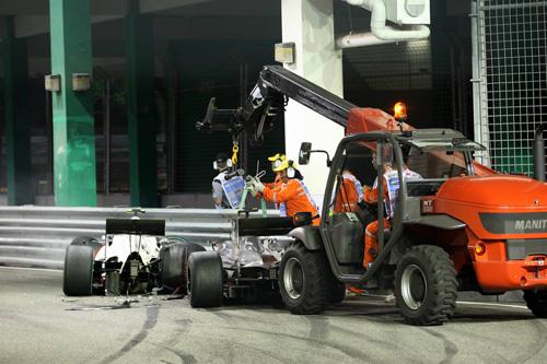 Гран При Сингапура. Маршалы эвакуируют разбитые машины Бруно Сенны и Камуи Кобаяши
