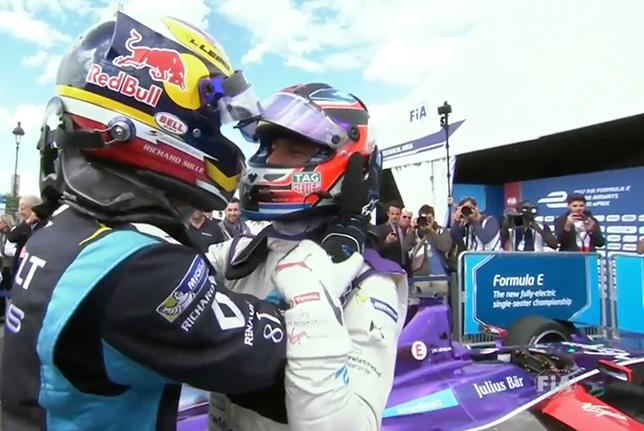 Себастьен Буэми и Хосе-Мария Лопес поздравляют друг друга после гонки в Париже