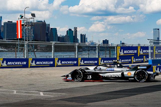 Себастьен Буэми на пути к победе в первой гонке нью-йоркского этапа Формулы E