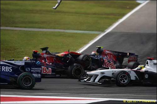 Столкновение гонщиков Toro Rosso в шпильке на 1-м круге Гран При Германии