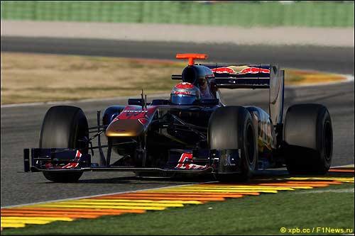 Себастьен Буэми за рулем STR6 на тестах в Валенсии