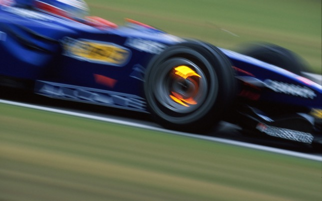 Машина Prost AP-02, точно такую же пилотировал Баттон на тестах в 1999-м, хотя на снимке за рулём Оливье Панис