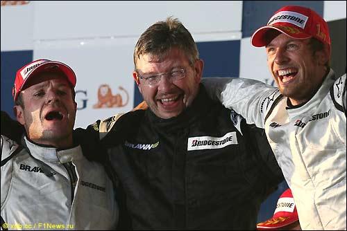 Рубенс Баррикелло, Росс Браун и Дженсон Баттон на подиуме Гран При Австралии