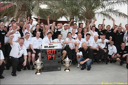 Команда Brawn GP празднует победу в Гран При Бахрейна