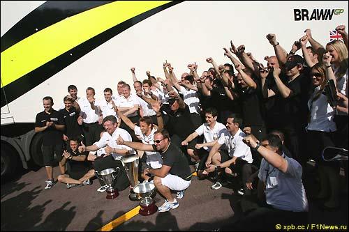 Brawn GP празднуют победу в Монако