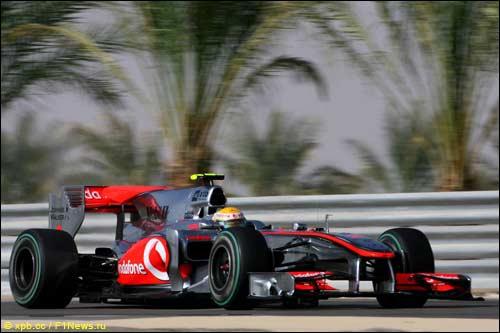 Льюис Хэмилтон во время тренировок в Бахрейне