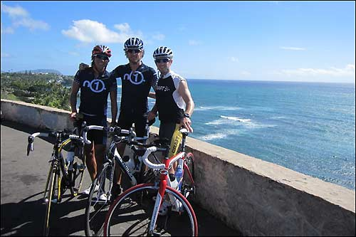Дженсо Баттон в компании с Крисом Бэнкомбом и Ю Юмото на Гавайях