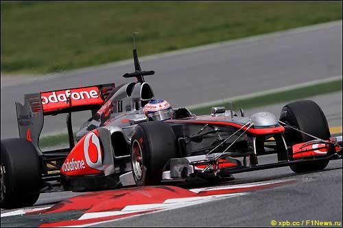 Дженсон Баттон за рулем МР4-26 на тестах в Барселоне