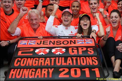 Дженсон Баттон празднует победу вместе с командой и своими близкими