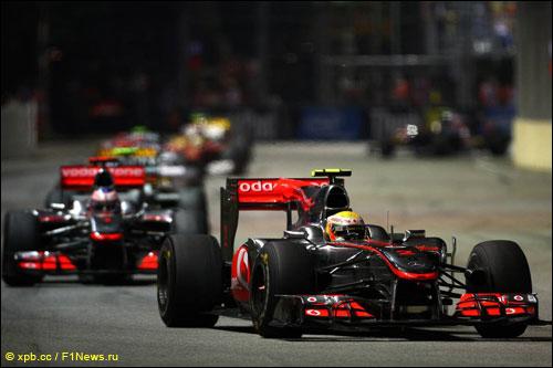 Пилоты McLaren на трассе Гран При Сингапура 2010 г.