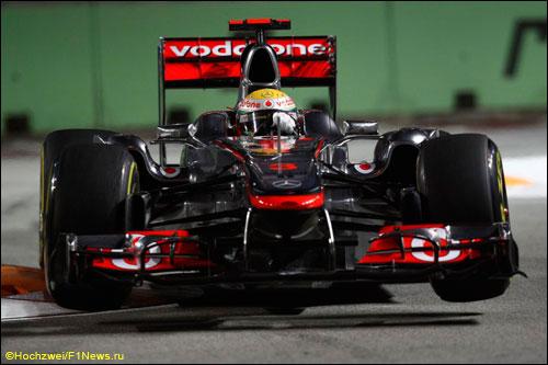 Льюис Хэмилтон на трассе Гран При Сингапура