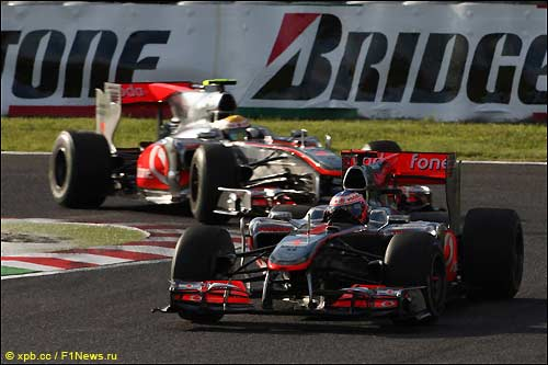 Гонщики McLaren на японской трассе, 2010 год