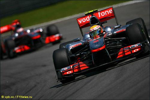 Пилоты McLaren на трассе Гран При Бразилии 2010 года