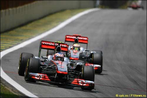 Гонщики McLaren на трассе Гран При Бразилии