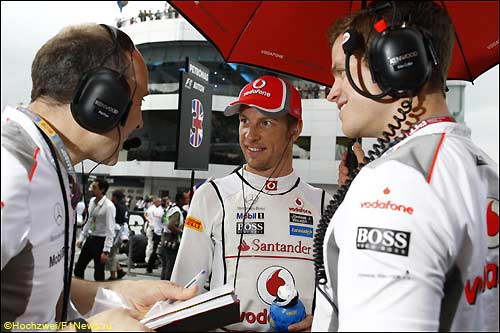 Дженсон Баттон с его инженеры перед стартом Гран При Малайзии