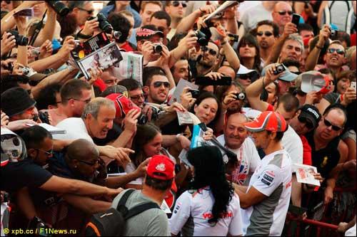 Дженсон Баттон раздаёт автографы в Барселоне