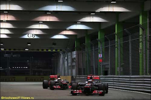 Гонщики McLaren на трассе в Сингапуре