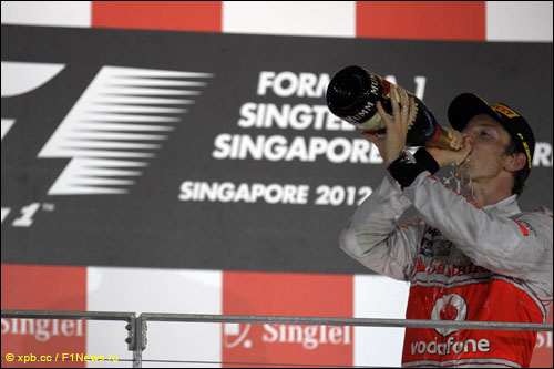 Дженсон Баттон на подиуме Гран При Сингапура