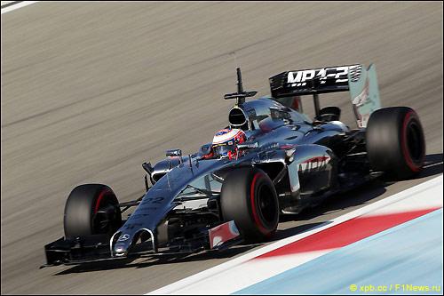 Дженсон Баттон за рулём MP4-29 на тестах в Бахрейне